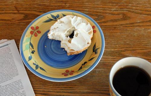Café et bagel pour le petit déjeuner.